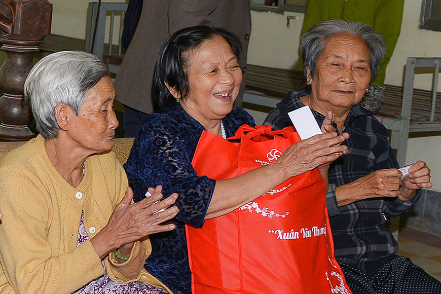 Tap-doan-Hung-Thinh-trao-tang-hon-2500-phan-qua-xuan-yeu-thuong-2020