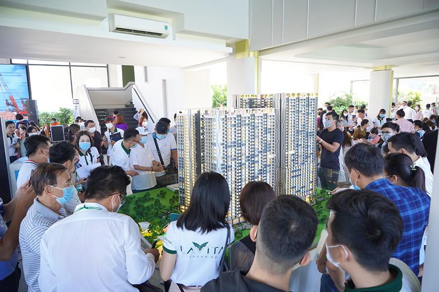 Khu vực sa bàn thu hút khách hàng đến để tìm hiểu về dự án