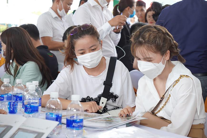 Đông đảo khách hàng tham gia tìm hiểu và trải nghiệm không gian sống tại Lavita Thuan An