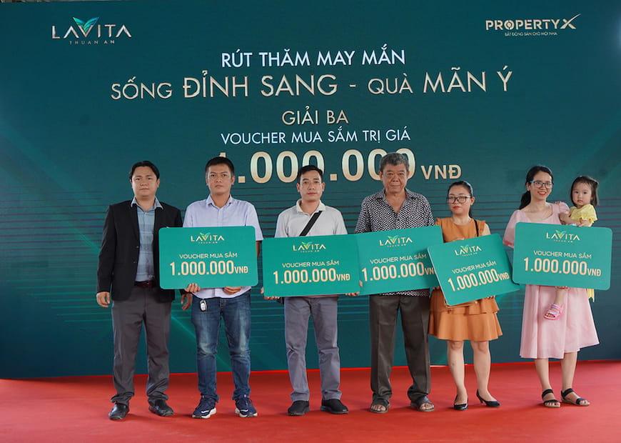 Ông Nguyễn Hoàng Long – Phó Tổng Giám đốc sàn Nam Sài Gòn trao tặng Phiếu mua hàng trị giá 1 triệu đồng cho khách hàng tham dự may mắn trúng thưởng