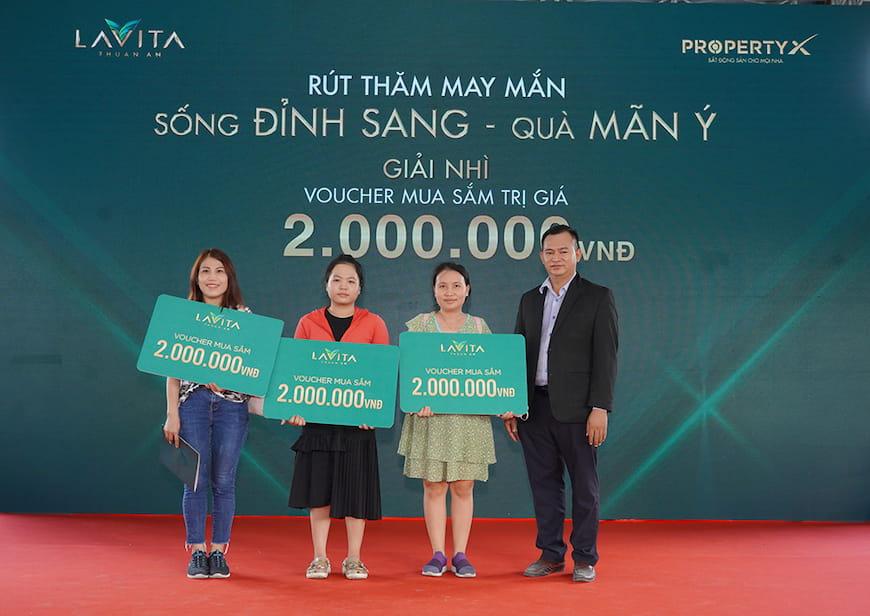 Ông Trần Đoàn Duy – Phó Tổng Giám đốc sàn Phạm Viết Chánh trao tặng Phiếu mua hàng trị giá 2 triệu đồng cho khách hàng tham dự may mắn trúng thưởng