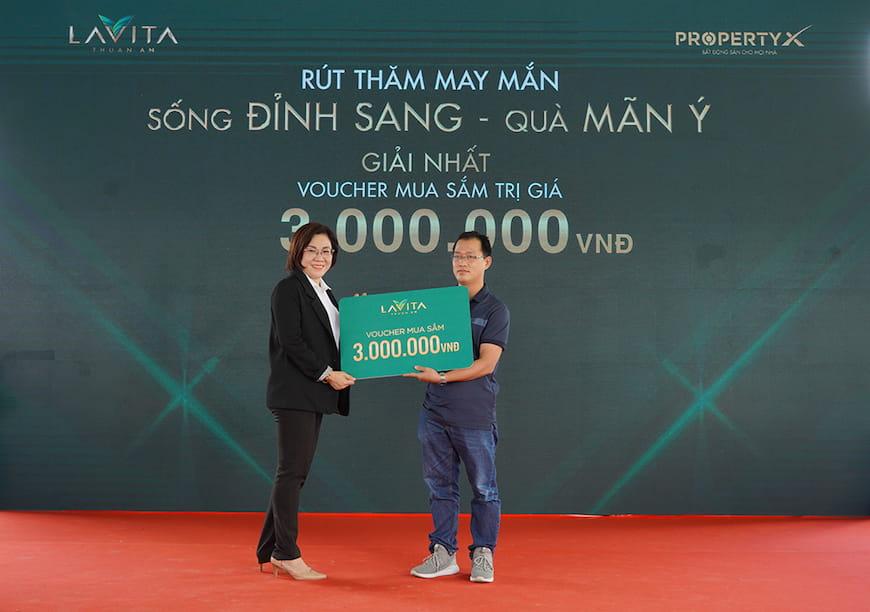 Bà Hoàng Thị Ánh Loan – Phó Tổng Giám đốc sàn Đông Sài Gòn trao tặng Phiếu mua hàng trị giá 3 triệu đồng cho khách hàng tham dự may mắn trúng thưởng