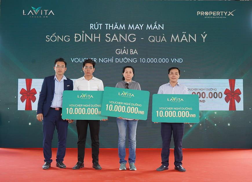 Ông Võ Tấn Quốc – Phó Tổng Giám đốc sàn Phú Nhuận trao tặng Voucher nghỉ dưỡng trị giá 10 triệu đồng cho khách hàng giao dịch thành công và may mắn trúng thưởng
