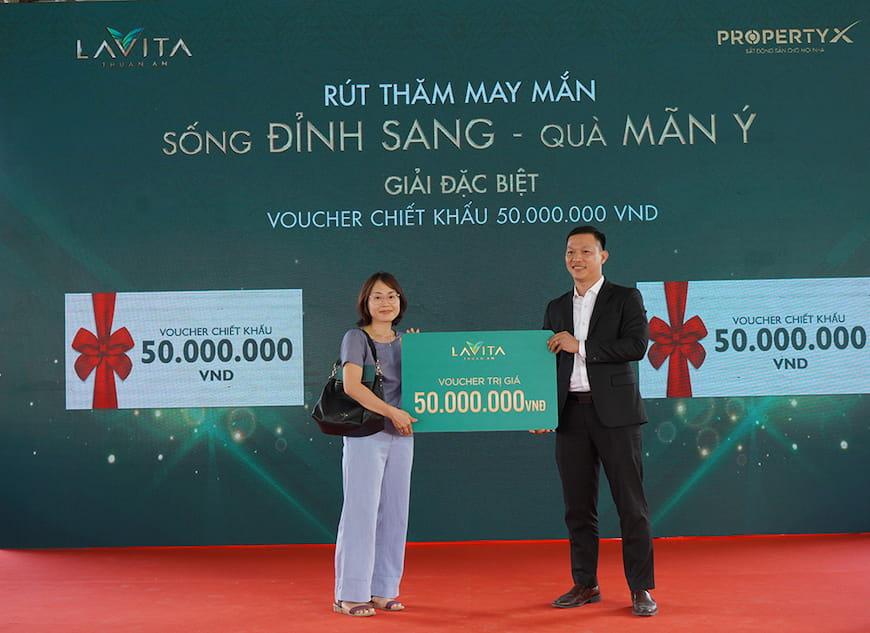 Ông Đỗ Cao Trí – Phó Tổng Giám đốc sàn Tân Sơn Nhất trao tặng giải thưởng đặc biệt: Voucher chiết khấu trị giá 50 triệu đồng cho khách hàng giao dịch thành công và may mắn trúng thưởng