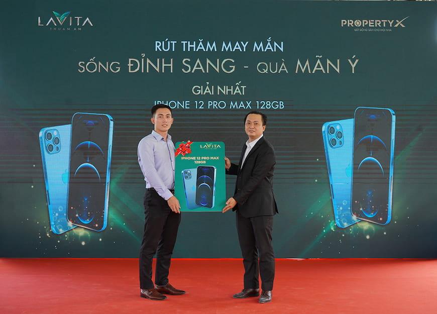 Ông Trương Quốc Cường – Phó Tổng Giám đốc sàn Nguyễn Chí Thanh trao tặng giải thưởng Iphone 12 Pro Max 128G cho khách hàng giao dịch thành công và may mắn trúng thưởng
