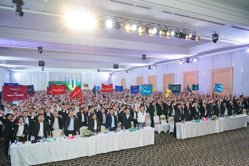 Ban lãnh đạo cùng đội ngũ hơn 1.500 chuyên viên kinh doanh thuộc 11 sàn giao dịch PropertyX tràn đầy khí thế tại Lễ ra quân dự án Lavita Thuan An