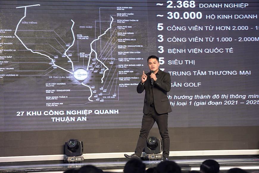 Ông Phạm Văn Hưng – Giám đốc Marketing PropertyX giới thiệu các thông tin về dự án Lavita Thuan An