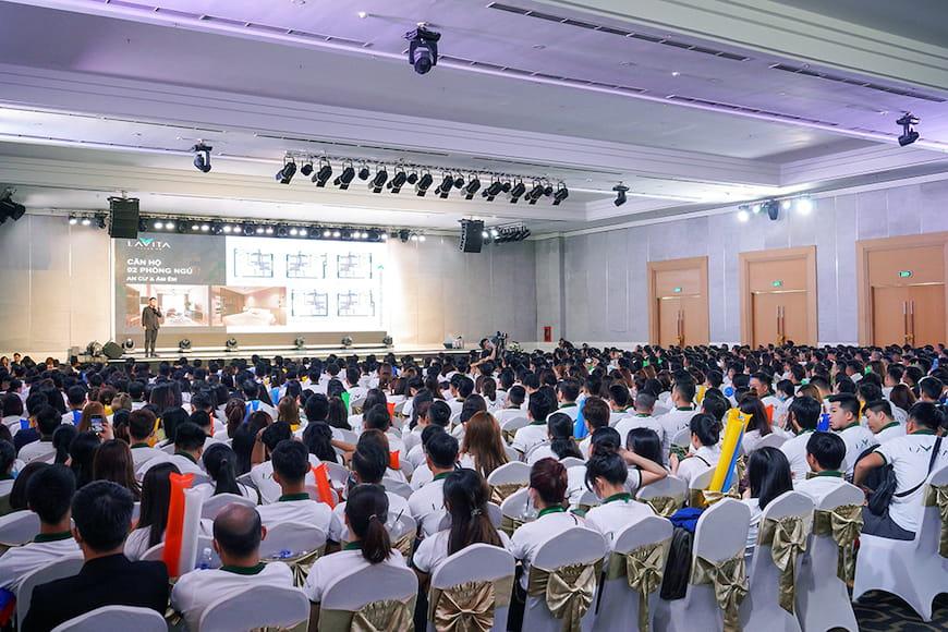 Đội ngũ hơn 1.500 chuyên viên kinh doanh PropertyX tham dự Lễ ra quân để nắm bắt các thông tin chi tiết về dự án Lavita Thuan A