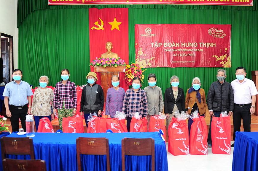 Đại diện Tập đoàn Hưng Thịnh và Lãnh đạo UBND xã Hoài Phú tặng quà cho bà con xã Hoài Phú (thị xã Hoài Nhơn, tỉnh Bình Định)