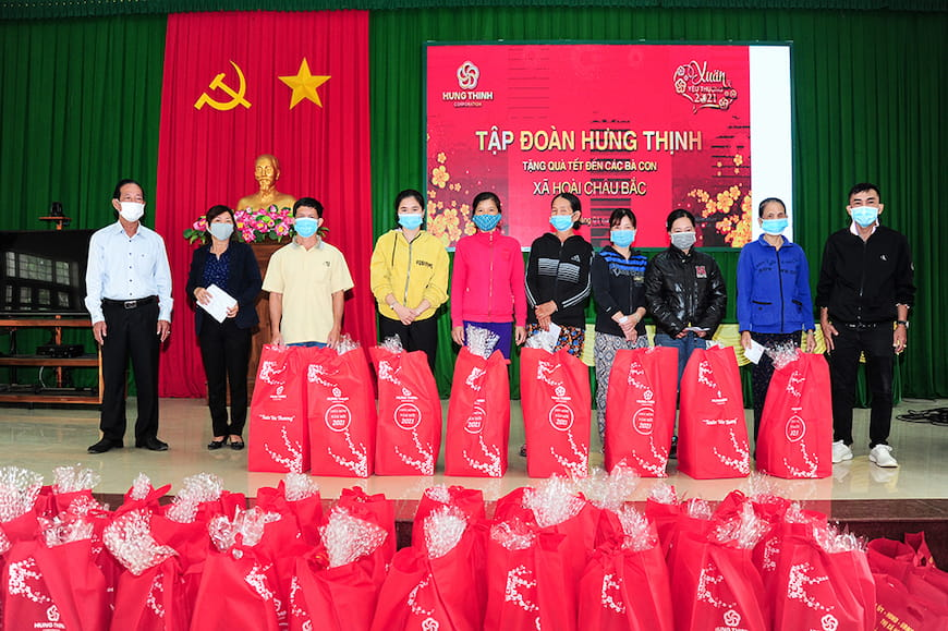 Đại diện Tập đoàn Hưng Thịnh và Lãnh đạo UBND xã Hoài Châu Bắc tặng quà cho bà con xã Hoài Châu Bắc (thị xã Hoài Nhơn, tỉnh Bình Định)