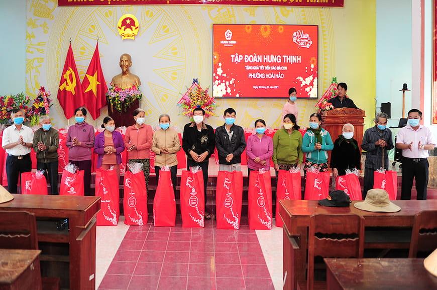 Đại diện Tập đoàn Hưng Thịnh và Lãnh đạo UBND phường Hoài Hảo tặng quà cho bà con phường Hoài Hảo (thị xã Hoài Nhơn, tỉnh Bình Định)