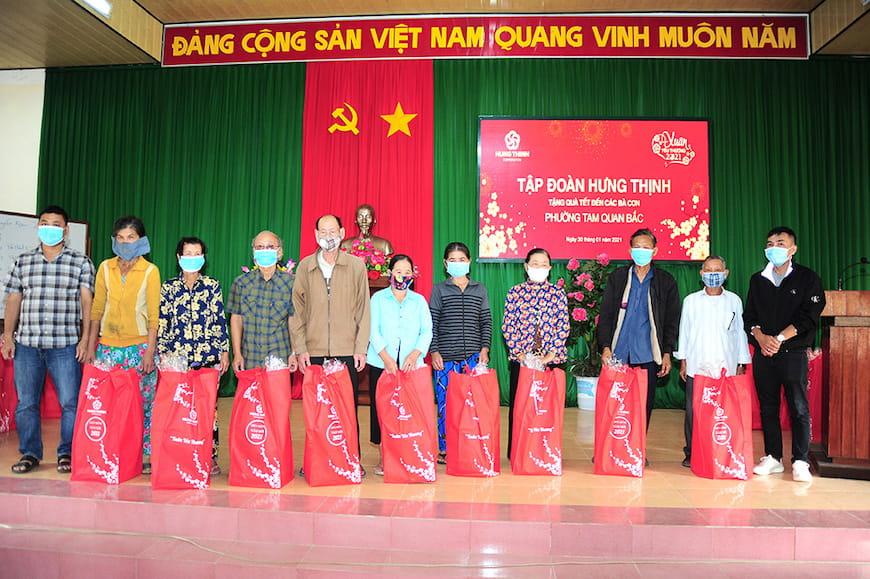 Đại diện Tập đoàn Hưng Thịnh và Lãnh đạo UBND phường Tam Quan Bắc tặng quà cho bà con phường Tam Quan Bắc (thị xã Hoài Nhơn, tỉnh Bình Định)
