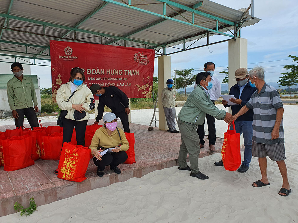 Đại diện Tập đoàn Hưng Thịnh và Lãnh đạo UBND xã Cam Hải Đông tặng quà cho bà con xã Cam Hải Đông (huyện Cam Lâm, tỉnh Khánh Hòa)