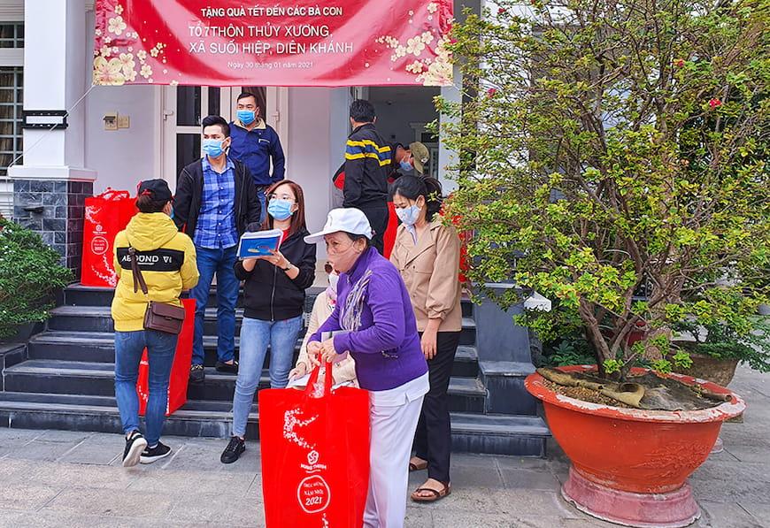 Đại diệnTập đoàn Hưng Thịnh và Lãnh đạo UBND xã Suối Hiệp tặng quà cho bà con xã Suối Hiệp (huyện Diên Khánh, tỉnh Khánh Hòa)