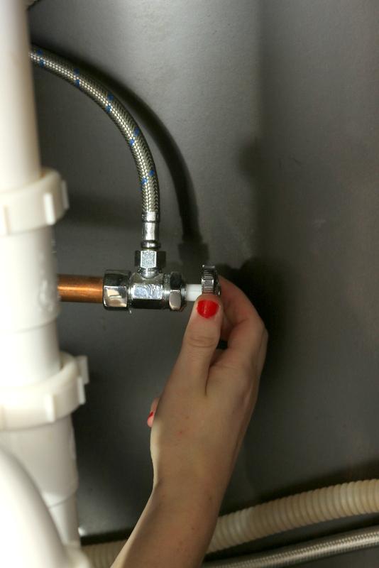 Cách lắp đặt vòi nhà bếp water_turnoff
