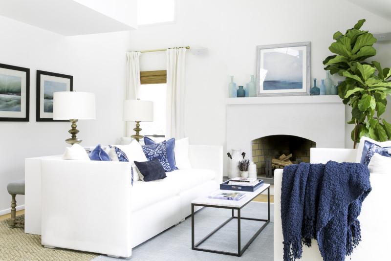 Tất cả đồ nội thất màu trắng tạo ra một sự rung cảm mùa xuân trong phòng khách. Ảnh qua Laurel & Wolf.
