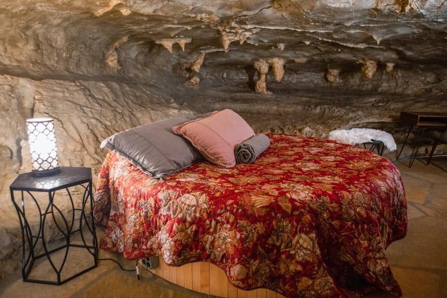 Ngủ đông sang trọng trong dinh thự hang động rộng 5,572 foot vuông này