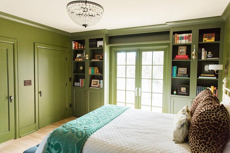 phòng ngủ chính màu xanh ô liu preppy