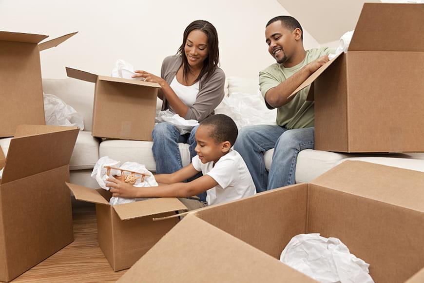 Gia đình dỡ đồ đạc sau khi chuyển đi