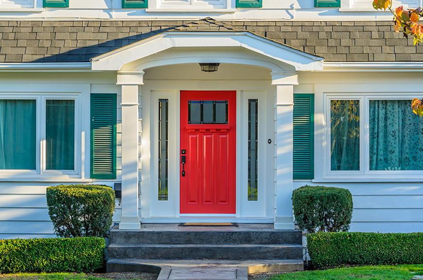 cửa trước màu đỏ trên ngôi nhà truyền thống