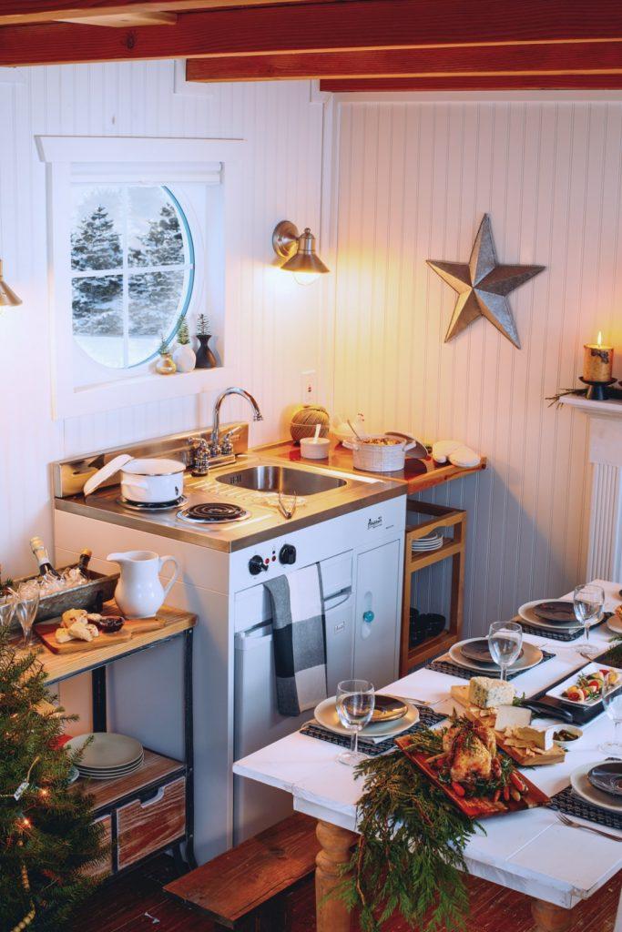 Ván gỗ và dầm lộ ra trong nhà bếp