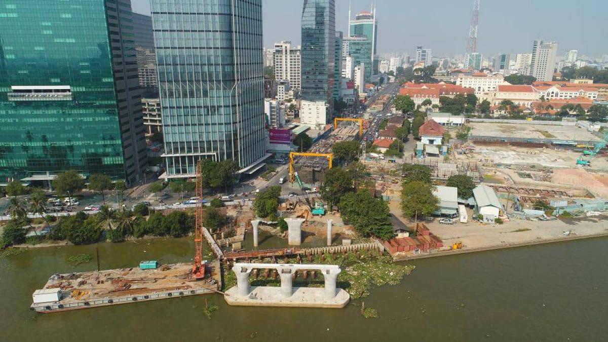 Phía bờ quận 1 nhà thầu đã thi công các trụ ra giữa sông nhưng trên bờ vẫn còn vướng mặt bằng - Cập nhật Tiến độ Thi công Cầu Thủ Thiêm 2 mới Nhất năm 2021