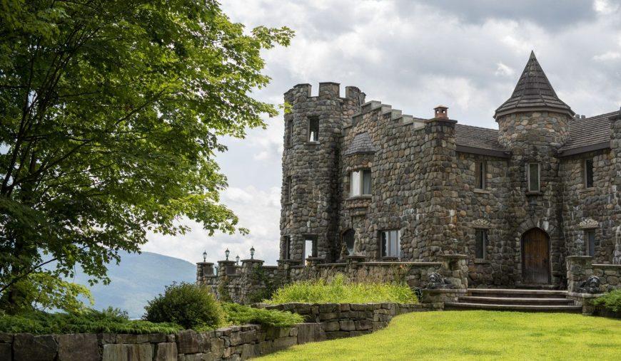 Bước vào bên trong lâu đài một người cha đã hứa với con trai của mình