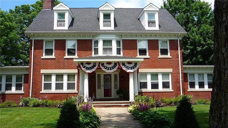Những ngôi nhà màu đỏ, trắng và xanh vừa ra mắt vào ngày 4 tháng 7