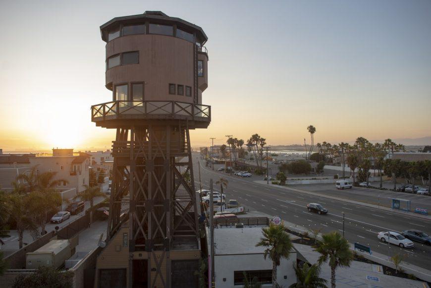Tháp Nước Cao ngất trời này Nhân đôi như một Khu nghỉ dưỡng Bãi biển Mộc mạc