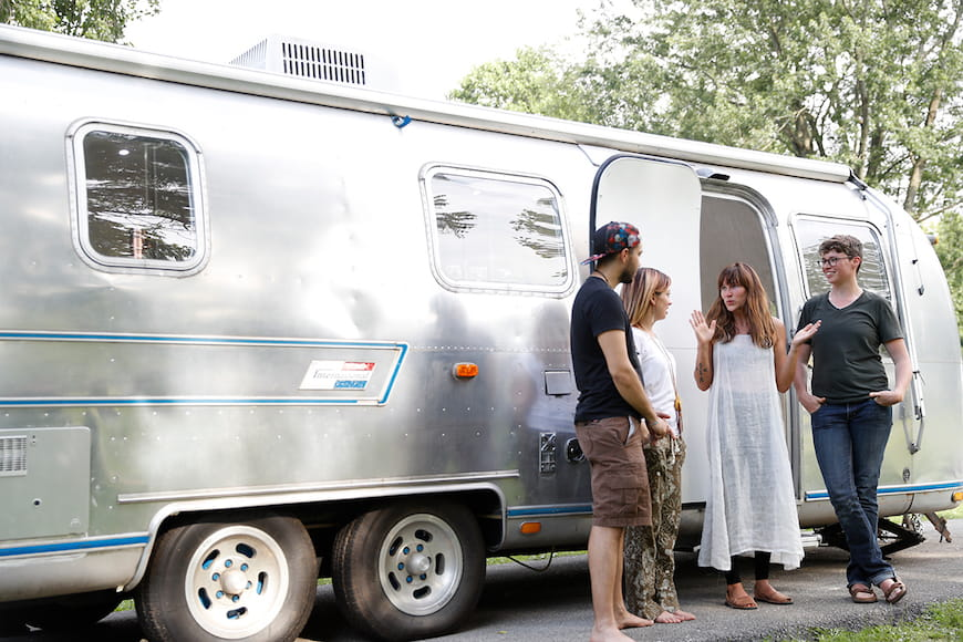 Những người phụ nữ này đi du lịch đất nước, biến những chiếc RV cổ điển thành những ngôi nhà