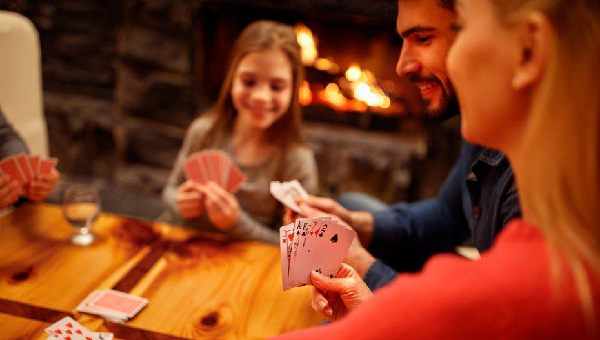 Cách tổ chức một đêm trò chơi ấm cúng