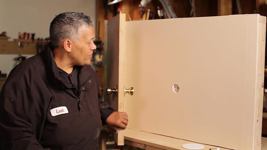 Cách sửa chữa và ngăn chặn lỗ nắm cửa trên tường