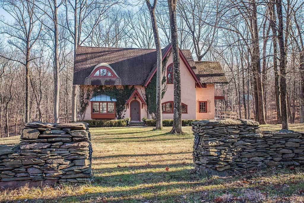 Một ngôi nhà nhỏ trong câu chuyện cổ tích ở đồng quê