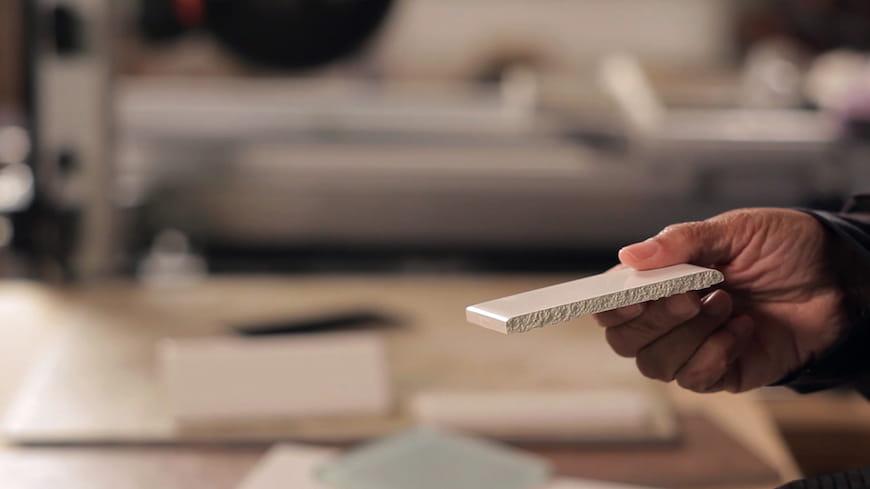 4 cách dễ dàng để cắt gạch gốm hoặc sứ