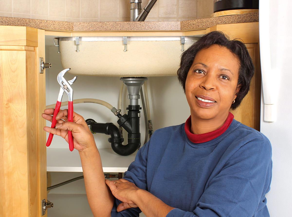 Làm thế nào để khắc phục sự cố vứt rác bị kẹt, chỗ ngồi nhà vệ sinh lỏng lẻo hoặc cửa dính