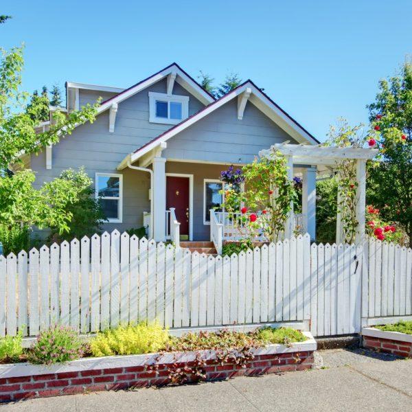 Gỗ hay Chuỗi liên kết?  Chọn hàng rào phù hợp cho ngôi nhà của bạn